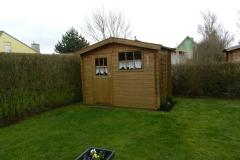 unser-blockhaus-mit-terrassenmoebeln-und-grill